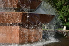 Água de queda na fonte Fotos de Stock Royalty Free