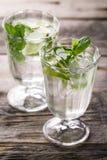 Água de refrescamento fresca saboroso saudável da desintoxicação nos vidros com cal, Foto de Stock