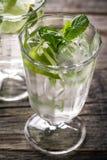 Água de refrescamento fresca saboroso saudável da desintoxicação nos vidros com cal, Fotos de Stock