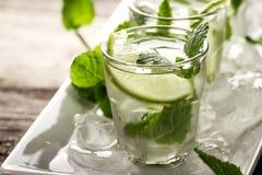 Água de refrescamento fresca saboroso saudável da desintoxicação nos vidros com cal, Imagens de Stock Royalty Free