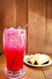 Água de soda vermelha com sanduíche Fotografia de Stock