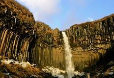 Água de Svartifoss no inverno adiantado Fotografia de Stock