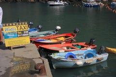 Água de Taxy no porto pequeno de Vernazza Foto de Stock