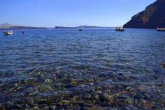 Água de Transperant da baía da ilha de Thirassia, Grécia Foto de Stock