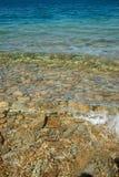 Água de turquesa na praia do stoney. fotos de stock royalty free
