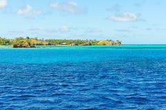 A água de turquesa perto da ilha de Nacula em Fiji foto de stock