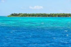 A água de turquesa perto da ilha de Nacula em Fiji foto de stock royalty free