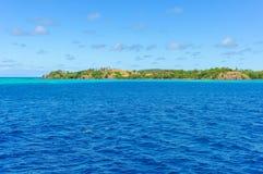 A água de turquesa perto da ilha de Nacula em Fiji fotografia de stock royalty free