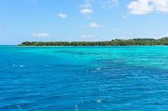 A água de turquesa perto da ilha de Nacula em Fiji Fotos de Stock Royalty Free