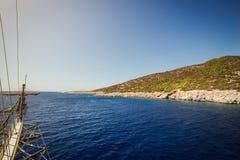 Água de turquesa perto da praia no recurso turco do mar egeu da costa, Imagem de Stock