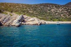 Água de turquesa perto da praia no recurso turco do mar egeu da costa, Foto de Stock Royalty Free