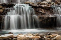 Água de um fluxo do córrego da montanha Fotos de Stock