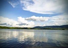A água de um lago da montanha Fotos de Stock Royalty Free