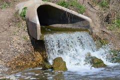 Água de uma tubulação da drenagem Imagens de Stock