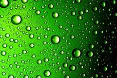 A água deixa cair o close up Fundo verde abstrato Fotos de Stock