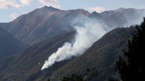 Água deixando cair do helicóptero para pôr para fora incêndios violentos filme