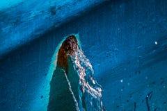 A água derrama do furo é próxima fotografia de stock royalty free