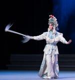 """água do ato da postura- a sexta transborda o  branco de Opera""""Madame Snake†do monte-Kunqu dourado imagens de stock royalty free"""