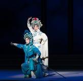 """Água do ato das irmãs- da serpente a sexta transborda o  branco de Opera""""Madame Snake†do monte-Kunqu dourado Imagens de Stock"""