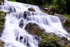 Água do fluxo liso do close up das cachoeiras de Mae Phun Foto de Stock