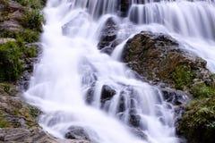 Água do fluxo liso do close up das cachoeiras de Mae Phun Foto de Stock Royalty Free