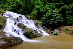 Água do fluxo liso das cachoeiras de Mae Phun no distrito de Laplae, Tailândia Imagens de Stock
