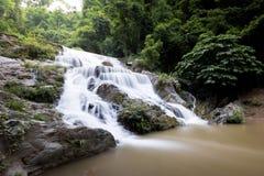 Água do fluxo liso das cachoeiras de Mae Phun no distrito de Laplae, Tailândia Imagem de Stock
