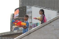 Água do jogo das crianças durante Songkran fotografia de stock royalty free