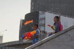 Água do jogo das crianças durante Songkran foto de stock