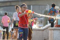 Água do jogo das crianças durante Songkran fotos de stock