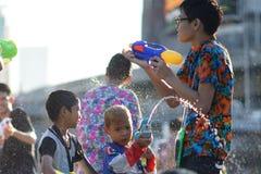 Água do jogo das crianças durante Songkran imagem de stock royalty free