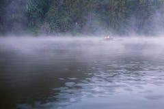 Água do lago com névoa fria no inverno imagem de stock