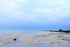Água do mar calma, céu nebuloso, e rochas - zona litoral na baía de Bengal, Índia - fundo natural fotos de stock
