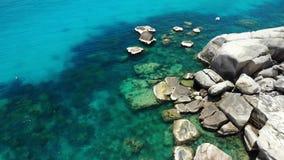Água do mar calma perto das pedras Água do mar azul calma e pedregulhos cinzentos no lugar perfeito para mergulhar em Koh Tao Isl filme
