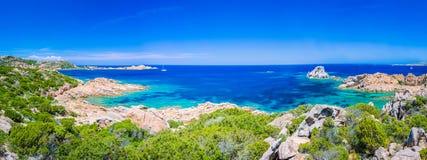 Água do mar clara pura dos azuis celestes e rochas surpreendentes na costa da ilha de Maddalena, Sardinia, Itália fotografia de stock royalty free