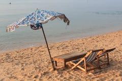 A água do mar da manhã da luz de Sun ajardina o papel de parede Fotos de Stock Royalty Free