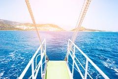 Água do mar de uma proa do iate Foto de Stock