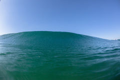 Água do mar do azul do inchamento da onda imagens de stock royalty free