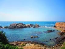 Água do mar dos azuis celestes com penhascos e rochas imagens de stock