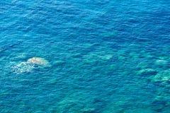 Água do mar e pedra claras como o fundo fotos de stock royalty free