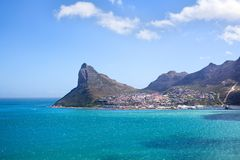Água do oceano de turquesa do Seascape, céu azul, panorama branco das nuvens, paisagem do Mountain View, curso da costa de Cape T foto de stock royalty free