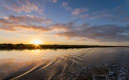 A água do oceano do mar balança o nascer do sol da skyline das nuvens Fotos de Stock