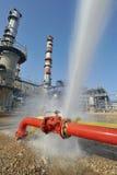 Água do pulverizador da mangueira de incêndio na torneira do incêndio imagem de stock royalty free