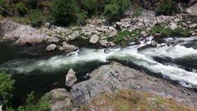 Água do rio de pressa do córrego no norte de Portugal Foto de Stock Royalty Free