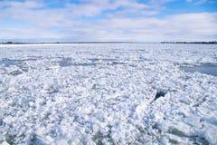 Água do rio do inverno com gelo de flutuação Fotos de Stock Royalty Free