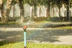 Água do sistema de extinção de incêndios no jardim Fotografia de Stock Royalty Free