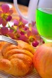 Água do verde do pão do croissant da maçã deliciosa do café da manhã na manhã Imagem de Stock Royalty Free