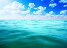 Água dos oceanos e céu azul Fotografia de Stock