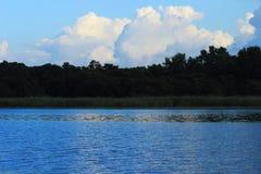 Água e céu do campo Imagens de Stock