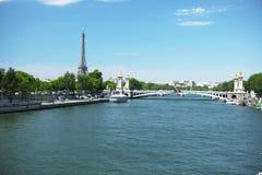Água e cidade Paris, france, paisagem, tempo brilhante do verão Imagem de Stock Royalty Free